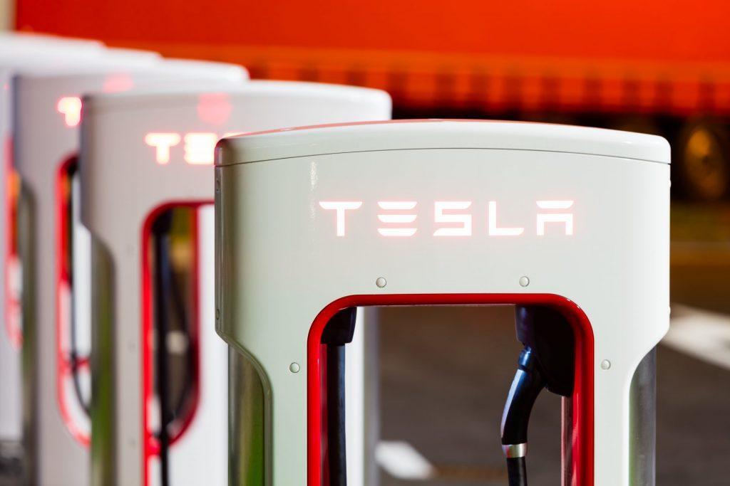 Autoilu sähköistyy – sähköautot huoltaa Atoy Autohuolto